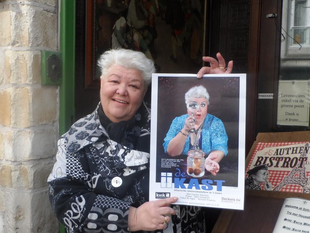 Carine Stevens met haar affiche 'De Kast'