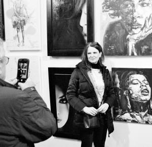 Christel in Londen bij haar kunstwerk