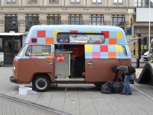 VW bus t2 van La Dolce Barista op het Woodrow Wilsonplein op Gent-Zuid