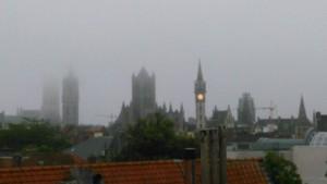 De torens in de ochtendnevel - zicht vanaf dak Burgstraat - pic Arne Depreitere
