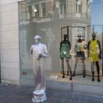 De Veldstraat - een straatartiest gaat naadloos op in de etalage
