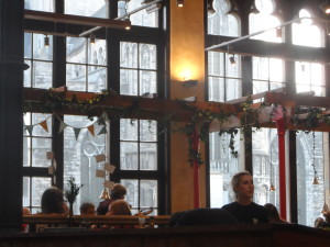Le Pain Quotidien in De Post - achter lambrisering: Sint-Niklaaskerk