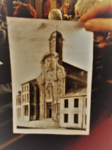 De oude kapel barstte uit haar voegen