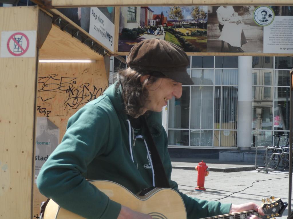 Woodrow Wilsonplein - Udo straatmuzikant bij KASK installatie