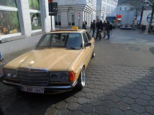 Oldtimer taxi voor café Pi-Nuts - achterliggende hoek: ooit sekscinema