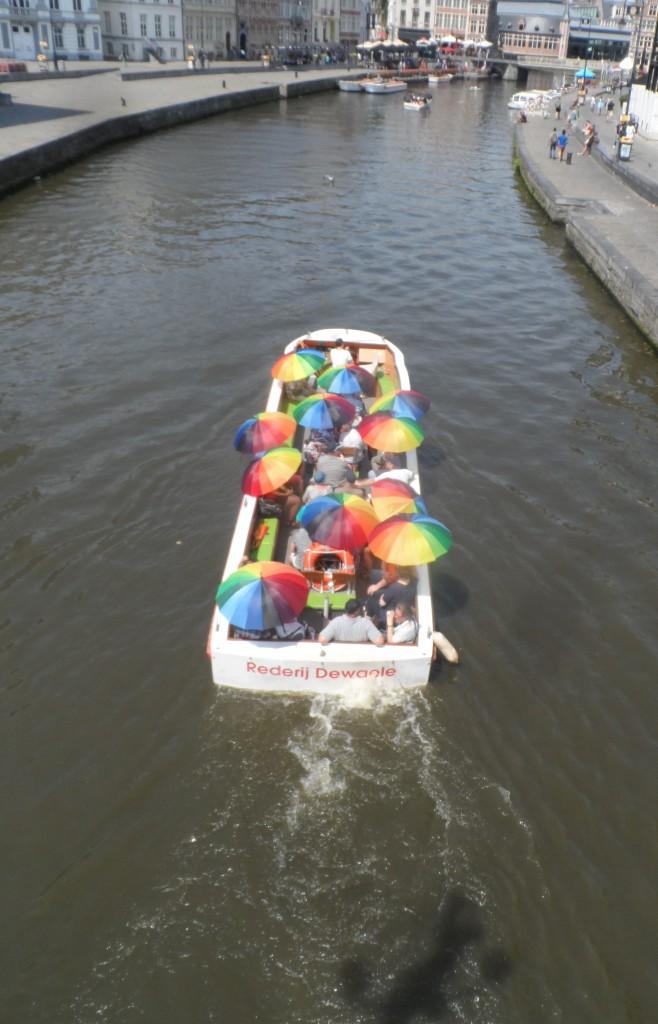 Sint-Michielshelling – Graslei – Bootjes met bontgekleurde paraplu's.