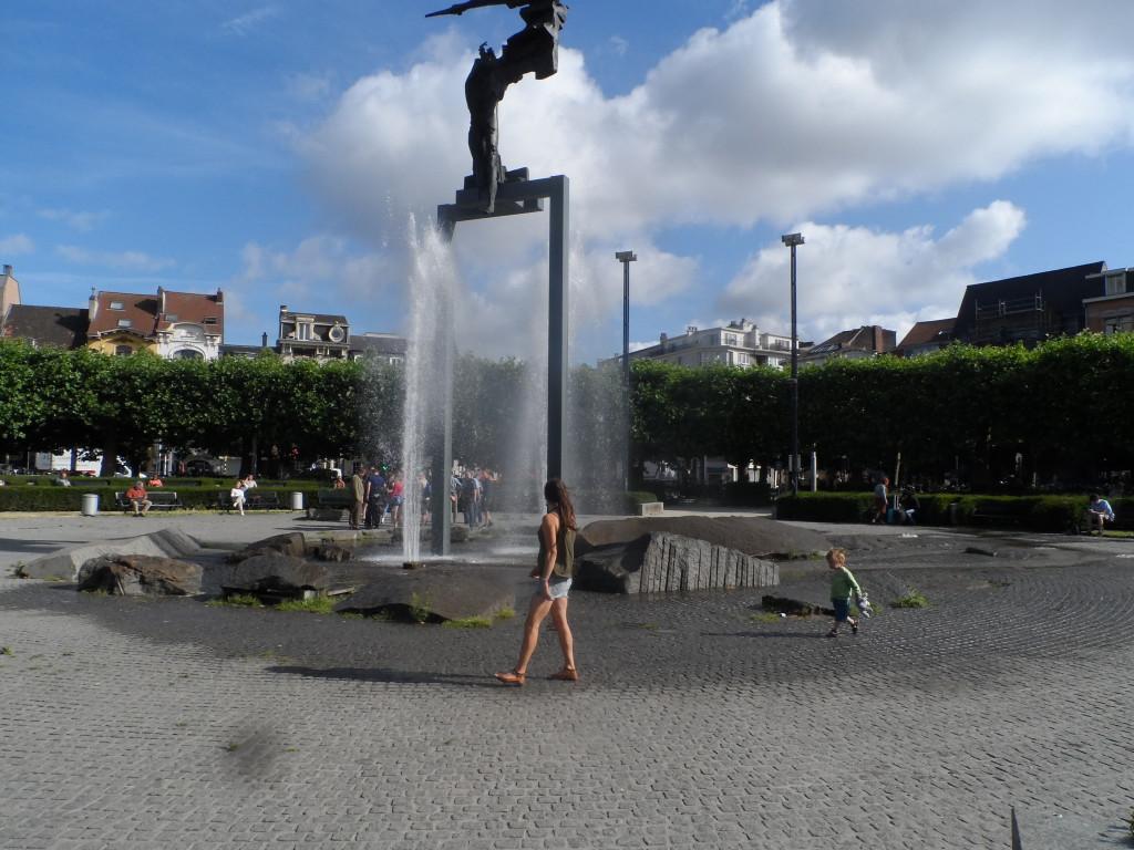 """Koningin Maria-Hendrikaplein - Sint-Pietersstation – Verpozing bij het """"waterrijk gebied"""" aan de fontein met zijn monument."""