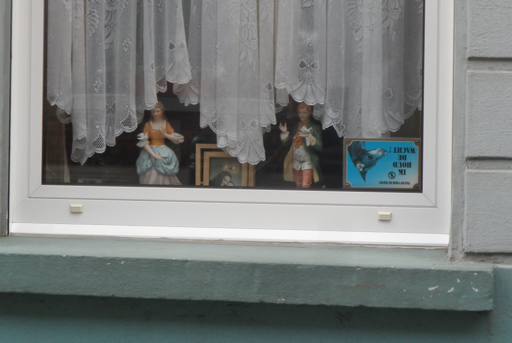 Zonder-Naamstraat - biscuit beeldjes in verleidingsspel terwijl de hele straat meekijkt