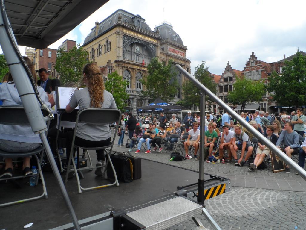 Vrijdagmarkt – De nieuwe-koopwaar-markten op vrijdag en zaterdag zijn we er gewoon. Nieuw is de rommelmarkt op zondag – waarvan gezegd wordt dat het ooit een traditie was? Ook met een streepje muziek van de muziekkapel.