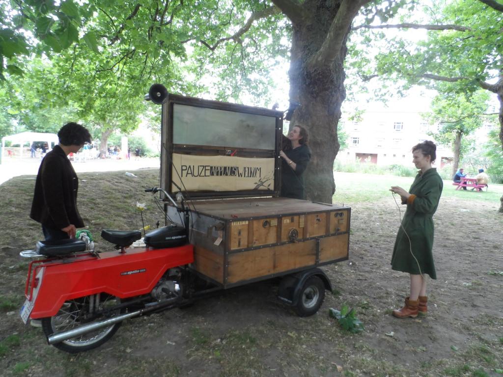 """Keizerpark – 'De Kanariteiten' met hun bakbromfiets met de looks van de jaren '50. """"Dat ding rijdt nog!"""" werd ons door alle-drie-de-dames bevestigd."""