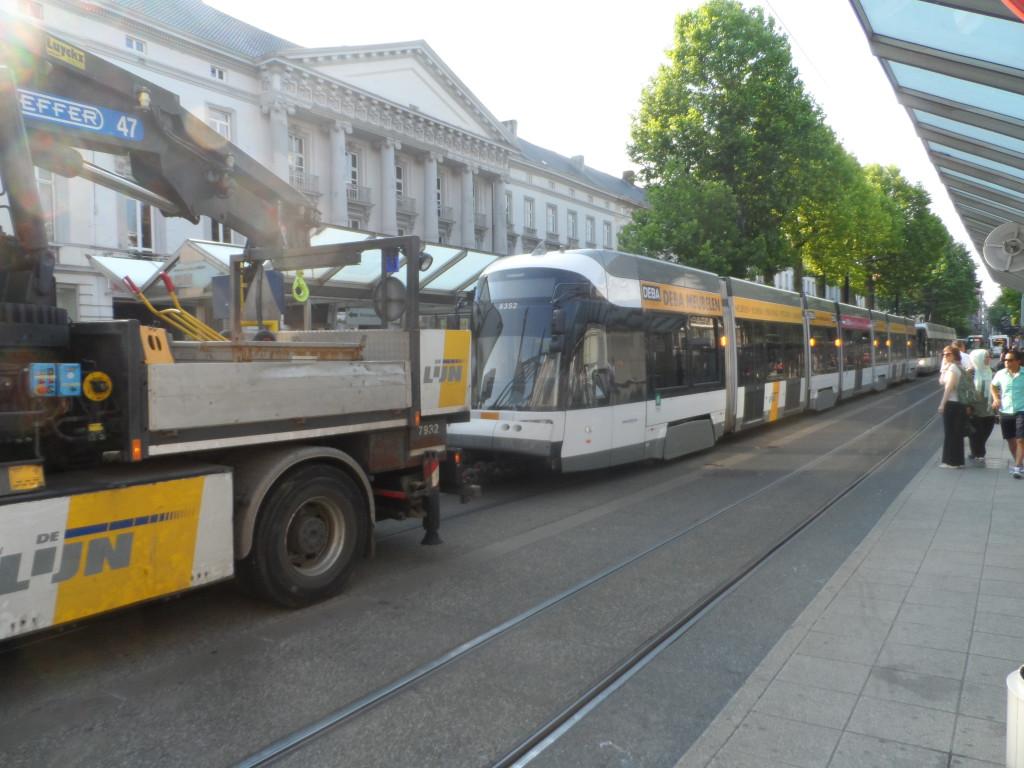 Graaf van Vlaanderenplein – Frère Orbanlaan – Een stroompanne aan 't Zuid op donderdag, leidde tot een 'tramfile' in de Frère Orbanlaan, en tot het takelen van trams met behulp van een takelwagen in afwachting dat het euvel verholpen werd.
