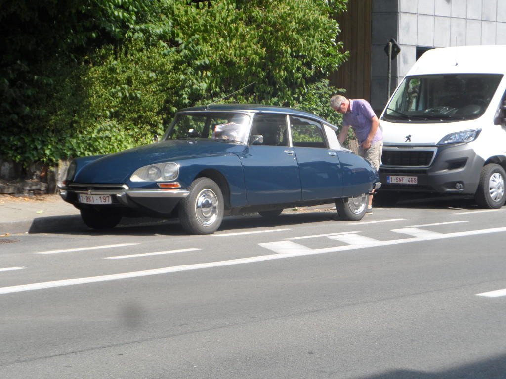 Antwerpsesteenweg, Sint-Amandsberg – Oldtimer Citroën DS