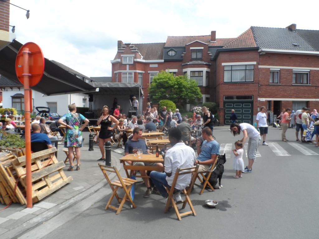 Schooldreef, Maurice Verdoncklaan en Jules Persynslaan, Gentbrugge – Rommelmarkt met podium bij café De Miku