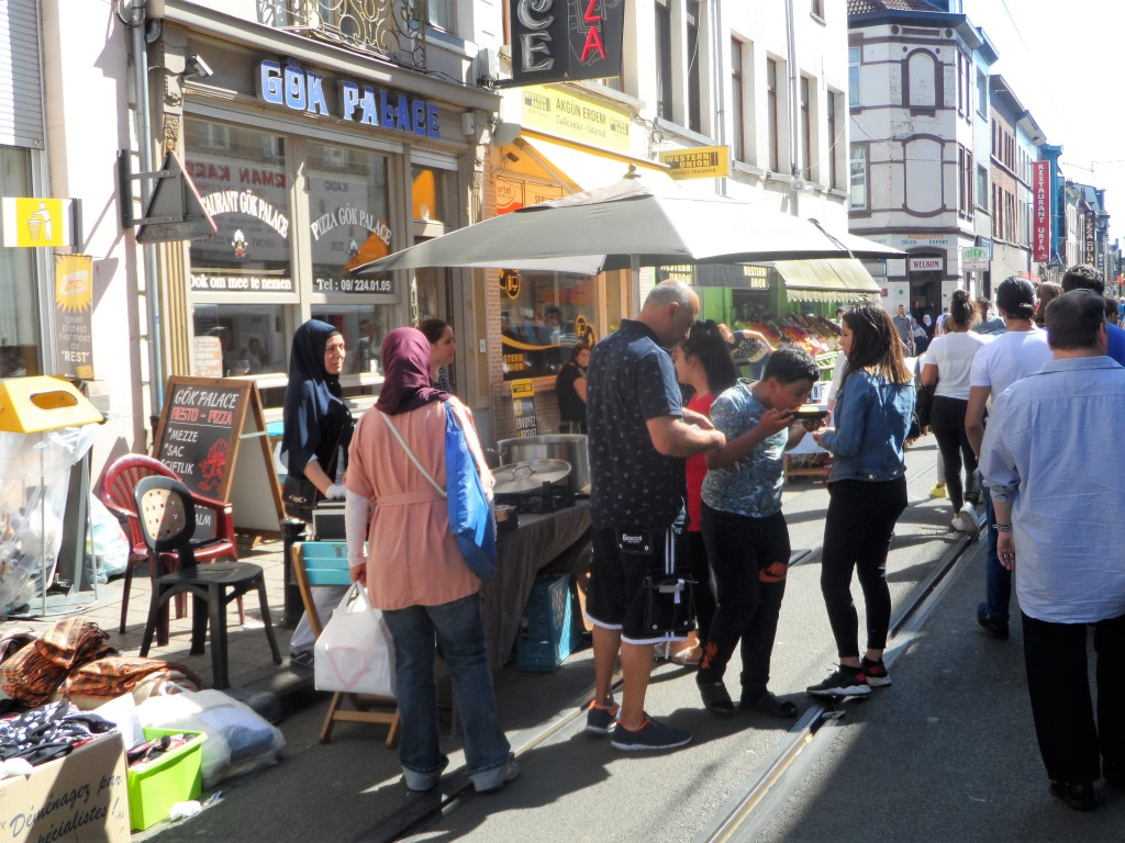 7 Sleepstraat - Sint-Salvatorstraat – Eén van de langste rommelmarkten van Gent, en braderie, liep op zaterdag en zondag, wat voor de nodige couleur locale zorgde. (Lees ook deze blog: Seleskest kleurt de straten)