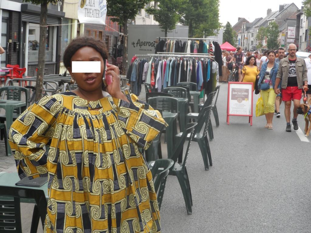 Dendermondsesteenweg – Heilig-Hartstraat – Banierstraat – Evarist de Buckstraat – Net zoals dit het geval is voor die van het Seleskest en die van Meulestede, bevolkte een bontgekleurde goegemeente deze rommelmarkt.