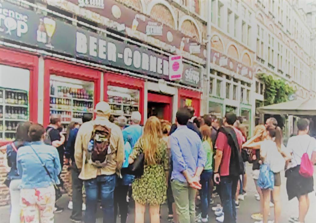 Vrijdagnamiddag aan het Veerleplein: toeristen